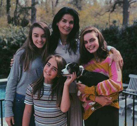 Avery's mother and sisters.