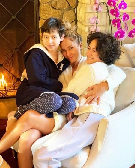 Jennifer Lopez with her twins (1)