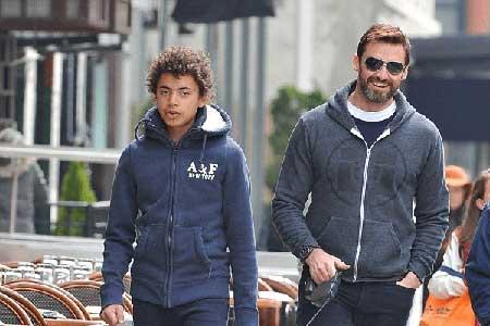 Ava's brother Oscar and father Hugh Jackman